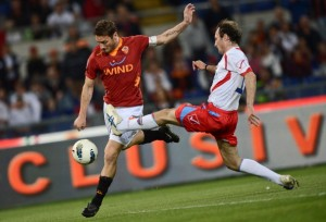 AS Roma's forward Francesco Totti (L) fi