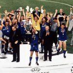 Foto Juventus/LaPresse Roma 22-05-1996 Archivio Storico Sport Calcio Juventus - Ajax Champions League Nella foto: i giocatori della juventus alzano la Champions League